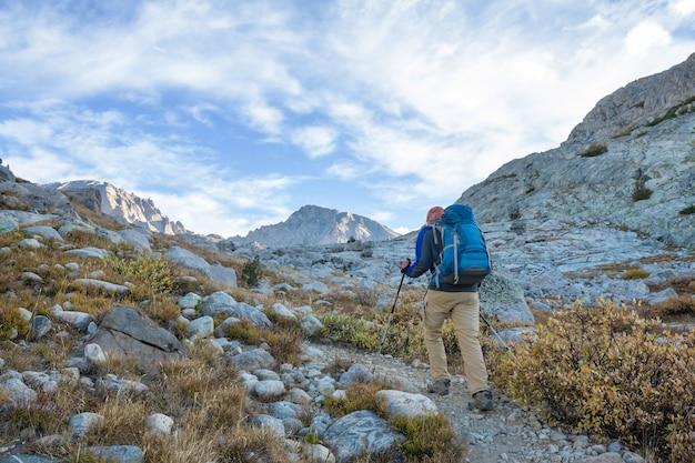 Путешественник в высоких красивых горах
