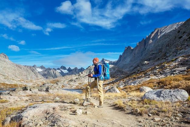 Путешественник в походе в осенние горы