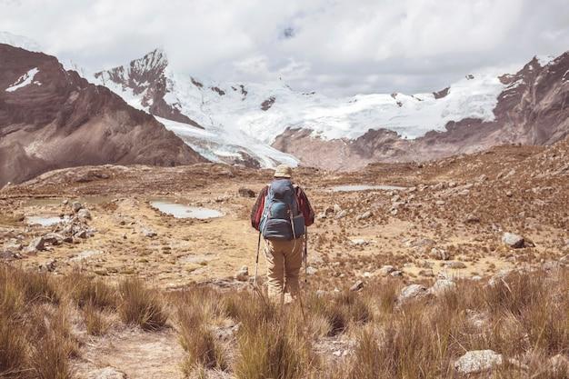Путешественник в походе в высокие горы