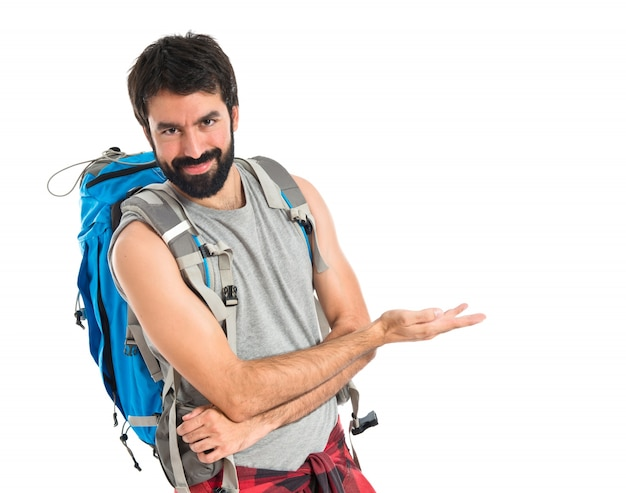 Backpacker, представляя что-то на белом фоне