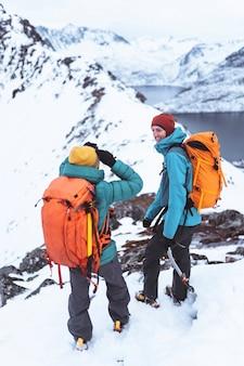ノルウェーのセグラ山をハイキングするバックパッカー