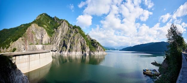 ルーマニアのダムvidraru湖でのバックパッキング