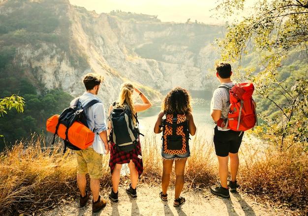 Backpacking друзей на пробел года приключения