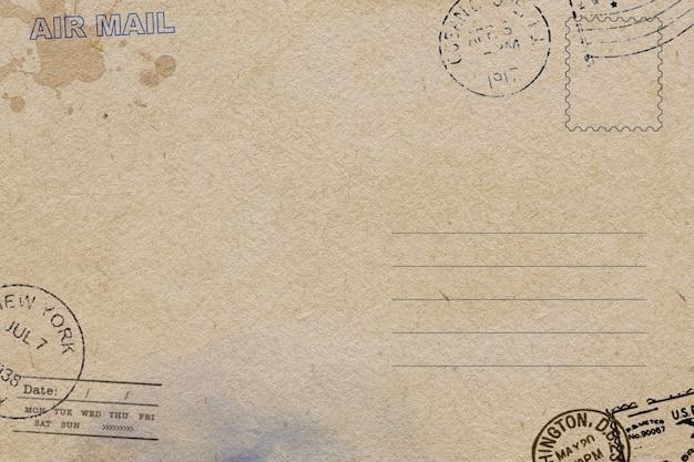 더러운 얼룩이있는 오래 된 엽서 서식 파일의 뒷면
