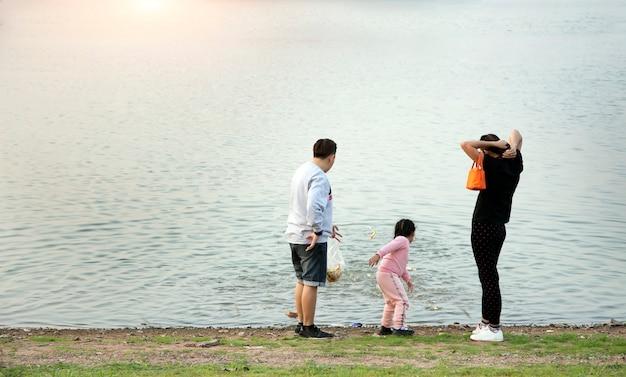 公園での野外活動の家族との休日の裏側のビュー。