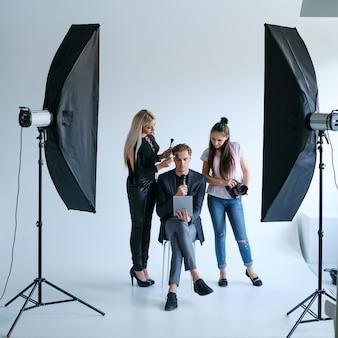 舞台裏の写真スタイリストチームワークライフスタイル写真撮影のコンセプト。テレビ番組のファシリテーターの準備。
