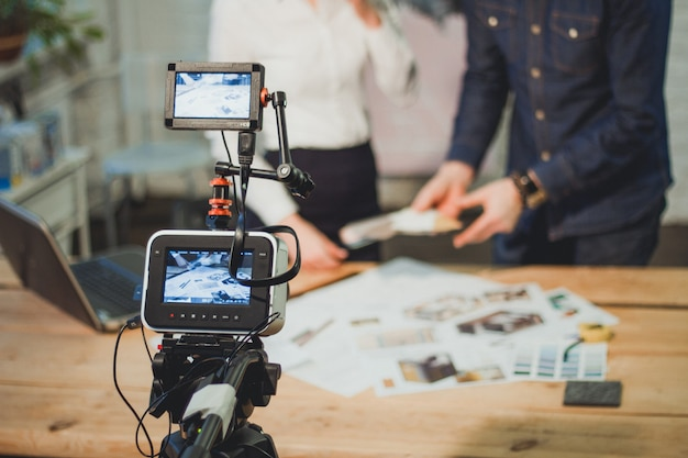 オフィスで2人のモデルとプロのビデオと写真撮影の舞台裏のビュー。