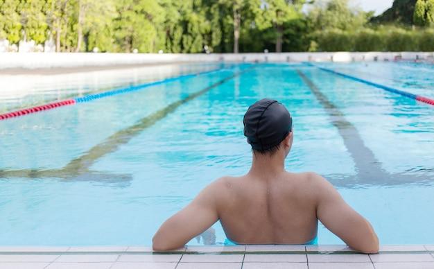 Задний двор азиатского отдыха от практики плавания