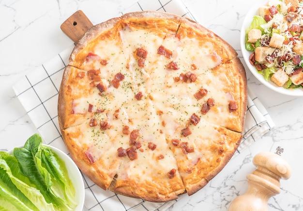 Пицца с беконом и сыром