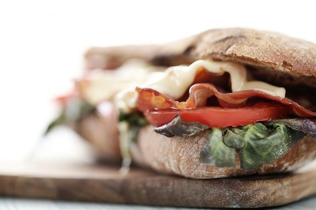 ベーコンとトマトのグリルチーズサンドイッチ
