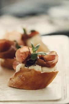 Закуски с беконом. традиционные испанские тапас