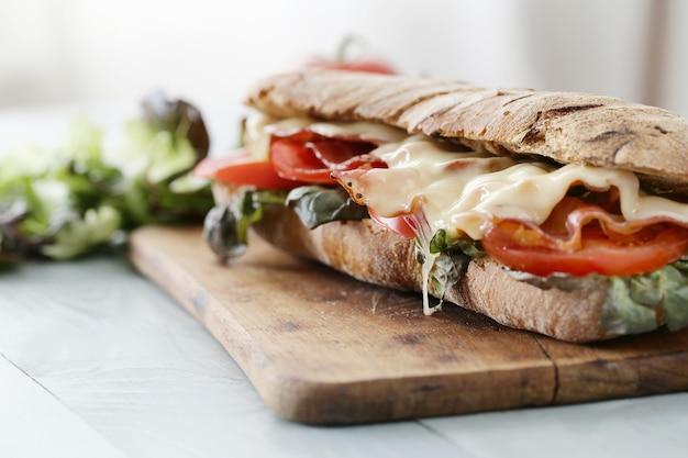 Сэндвич с беконом, помидорами и сыром