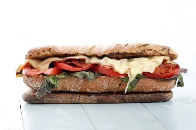 Panino al formaggio grigliato pancetta e pomodoro