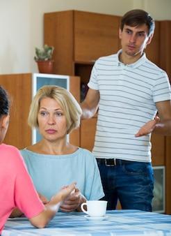 Плохая домашняя ссора между членами семьи дома