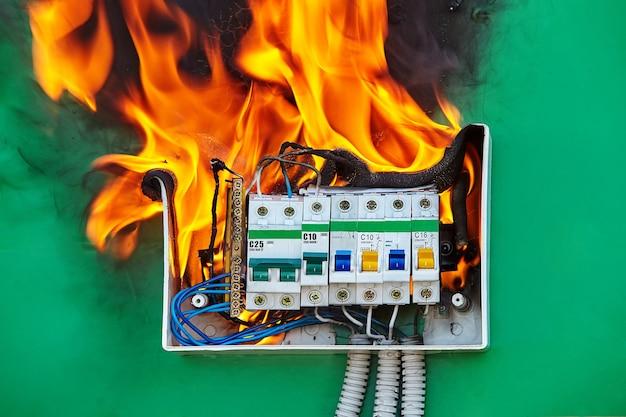 배전반의 잘못된 전기 배선 시스템이 화재의 원인이되었습니다.