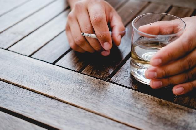 男が飲んだり喫煙したりする悪い習慣