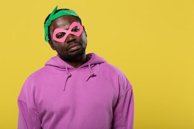 不機嫌。紙のマスクを着用しながら唇を押す親切な男性