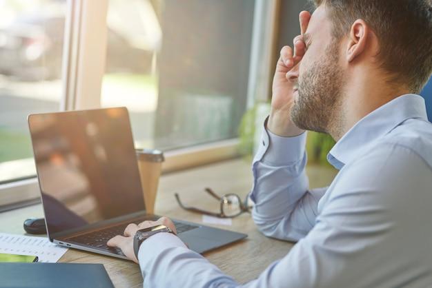 원격으로 노트북 작업을 하는 좌절한 사업가나 남성 프리랜서의 나쁜 소식
