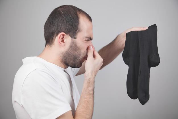 臭い靴下。男は鼻を閉じる