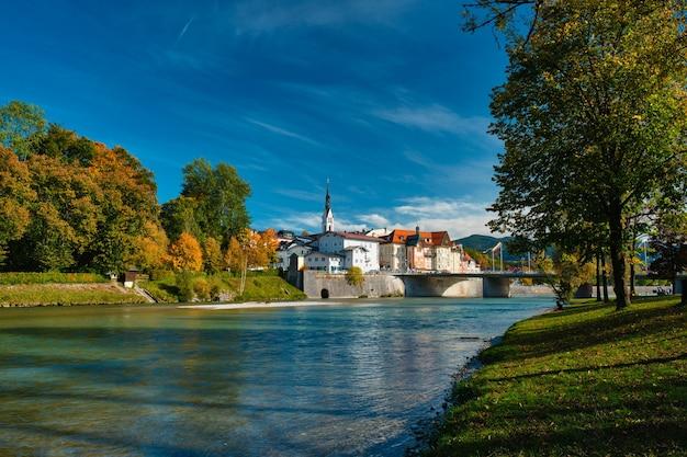 가을과 isar 강 바이에른 독일의 bad tolz 그림 같은 리조트 타운