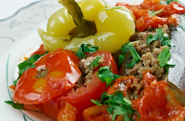 Бадимкан, бибер, помидор долмаси - фаршированные баклажаны, перец и помидоры. популярная в азербайджане долма.
