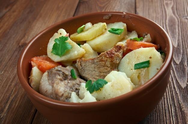 Baeckeoffe - типичное блюдо из франции, германии: смесь нарезанного картофеля, нарезанного лука, баранины, нарезанной кубиками, говядины и свинины.