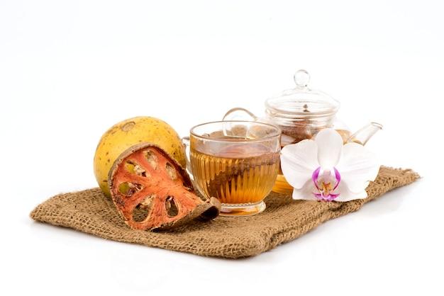 Баэль или эгле мармелос фрукты и чай, изолированные на белом
