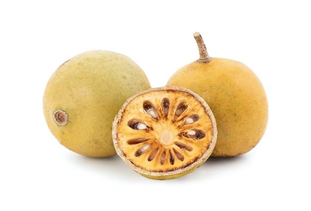 Плоды мармелоса bael или aegle, изолированные на белом фоне с обтравочным контуром.