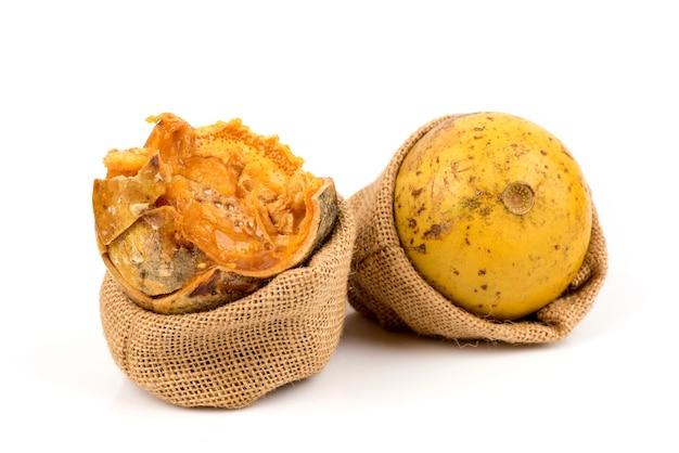 Плоды баел или эгле мармелос, изолированные на белом фоне