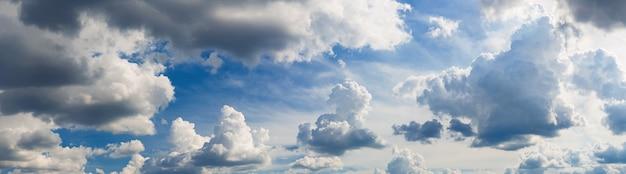 일 빛 파노라마에 구름과 baeutiful 하늘입니다.