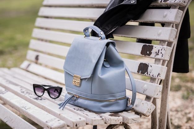 ベンチ上のバッグやサングラス、屋外で