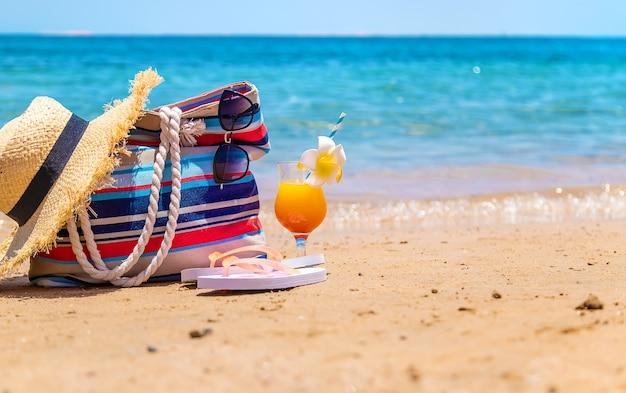 海のビーチでリラックスするためのバッグや物。セレクティブフォーカス。自然。