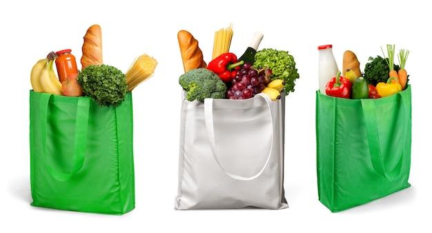 파스텔 배경의 나무 책상 위에 식료품이 가득한 가방