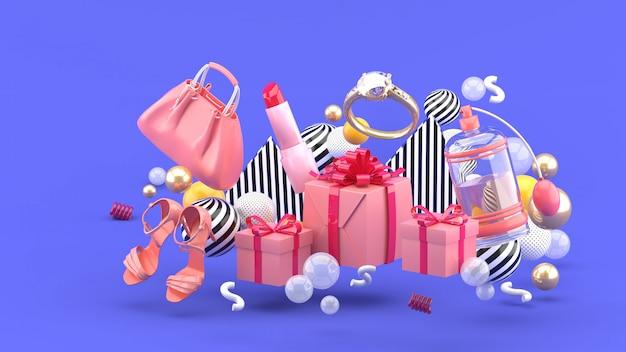 Сумка, помада, высокие каблуки, кольца, духи и подарочные коробки на фоне разноцветных шариков на фиолетовом фоне. 3d-рендеринг.