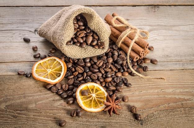 木製のこまにコーヒー豆、オレンジの指輪、スパイスの袋