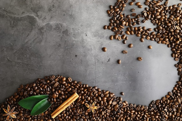 コーヒーの袋。テーブルの上で焙煎したコーヒー豆。調理用の緑の葉とコーヒー豆。