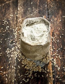 小麦粉の袋。木の表面に。