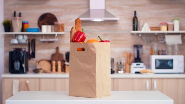 부엌에 있는 슈퍼마켓의 식료품 가방. 슈퍼마켓에서 유기농 생활 방식으로 건강한 젊은 구매, 신선한 야채 식료품 쇼핑백