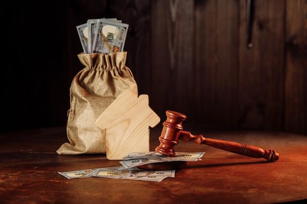 お金、家、裁判官の小槌の入った袋。