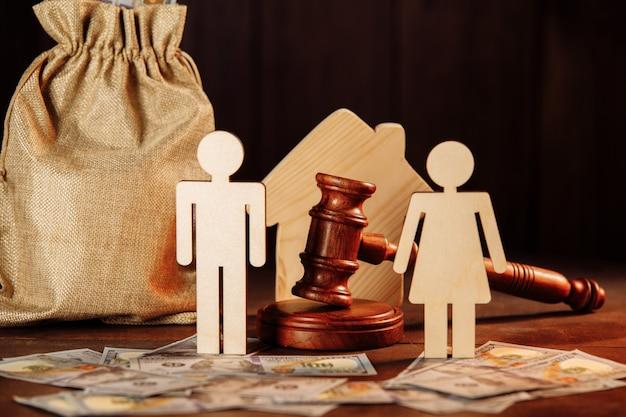 Мешок с деньгами, дом, люди и судьи молотят.