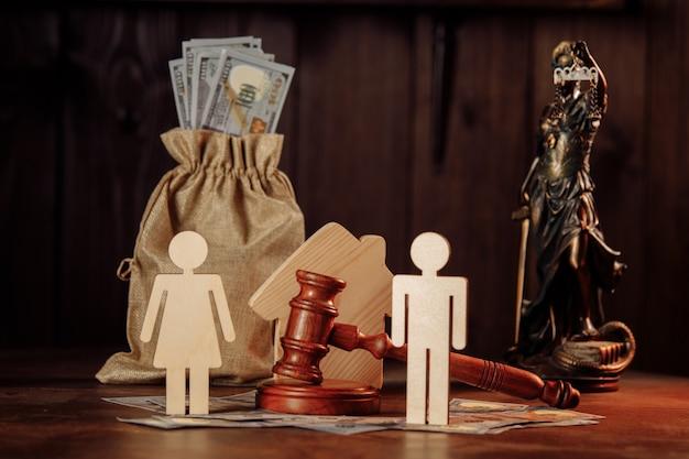 Мешок с деньгами, люди и молоток судьи. концепция делового конфликта.