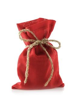 흰색 배경에 격리된 새해 선물로 가득 찬 붉은 색 가방