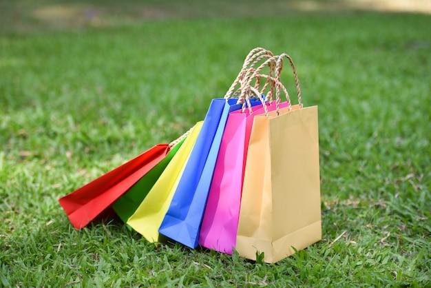 Мешок покупки / бумажные пакеты для покупок, красочные на зеленом поле - красочные шесть покупок в сумке
