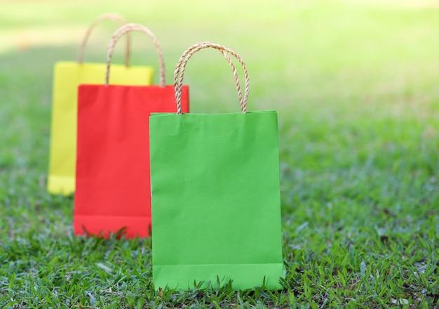 Сумка покупки / бумажные пакеты для покупок, красочные на зеленом поле - красочные три сумки магазин