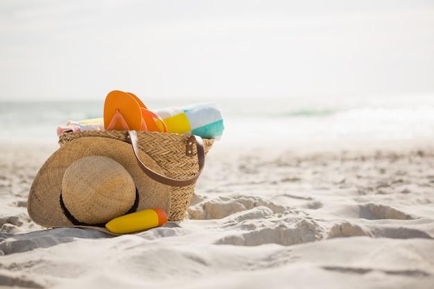 Borsa con accessori per il mare continuava sulla sabbia