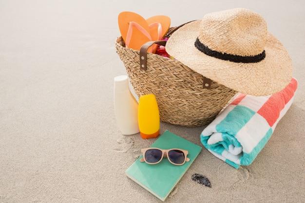 모래에 비치 액세서리와 가방