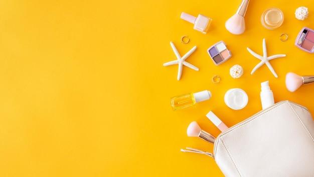 化粧品とコピースペース付きバッグ