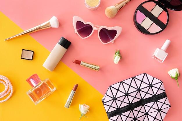 Borsa con cosmetici e occhiali da sole