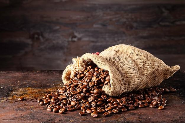 나무 벽 앞에 누워 신선한 볶은 커피 가방