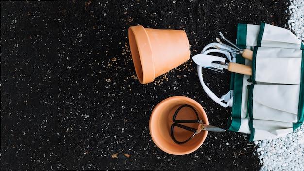 화분 근처 원예 도구와 가방